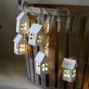 Guirlande LED sur piles maison bois