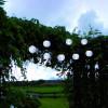 Linternas de papel blanco al aire libre con guirnaldas solares