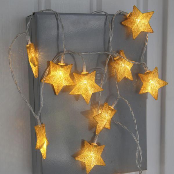 Guirnalda de estrellas de oro con pilas