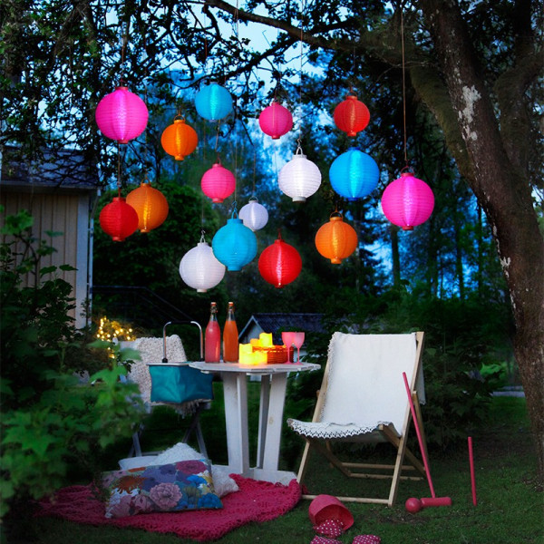 3 lanterne luminose rosa sulle batterie