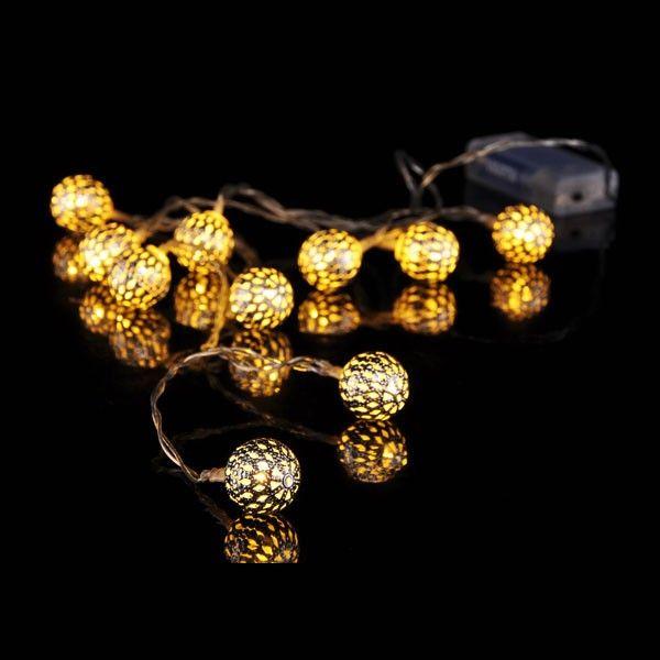 Guirlande boules ajourées sur piles