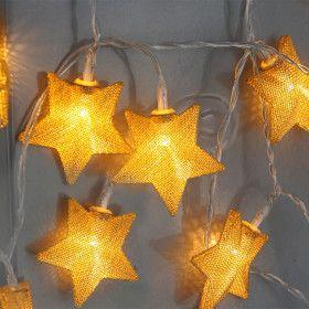 Guirlande étoiles dorée sur piles